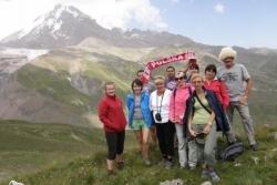 Dzień 6. Nasza grupa - w tle ośnieżony szczyt Kazbeka.