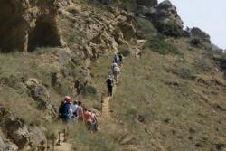 Dzień 4. Grupa naszych turystów dzielnie pokonująca stromą ścieżkę. Po lewej stronie Gruzja a po prawej już Azerbejdżan.