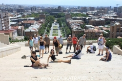 Dzień 2. Grupa ze stolicą Armenii w tle.