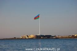 Dzień 9. Flaga Azerbejdżanu nad brzegiem morza w Baku.