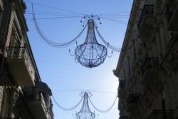 Dzień 9. Żyrandole na ulicach w Baku.